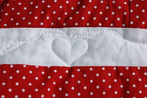 Free-motion quilted hearts & ribbons border